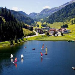 Surfen & Segeln im Familienurlaub, Magic Mountains Clubdorf Zauchensee