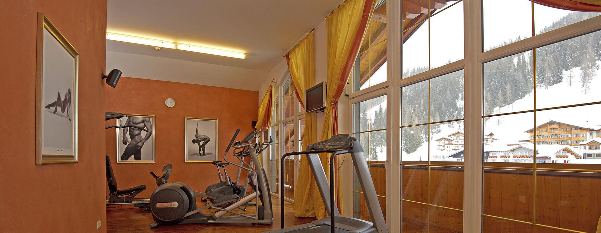 Panorama-Fitnessraum mit Blick über Zauchensee